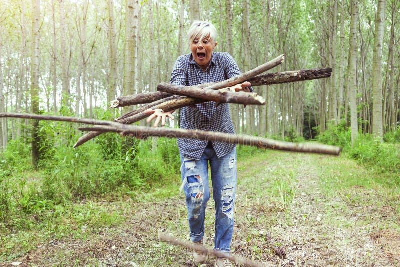 Kvinnlig skogsarbetare, medan hon snubblar royaltyfri foto
