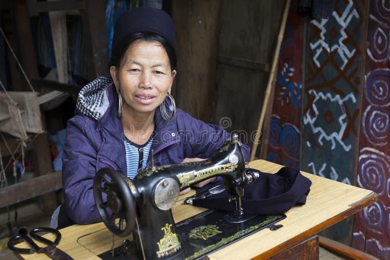 Kvinnlig skräddare från den svarta Hmong etniska minoriteten, Vietnam arkivfoton