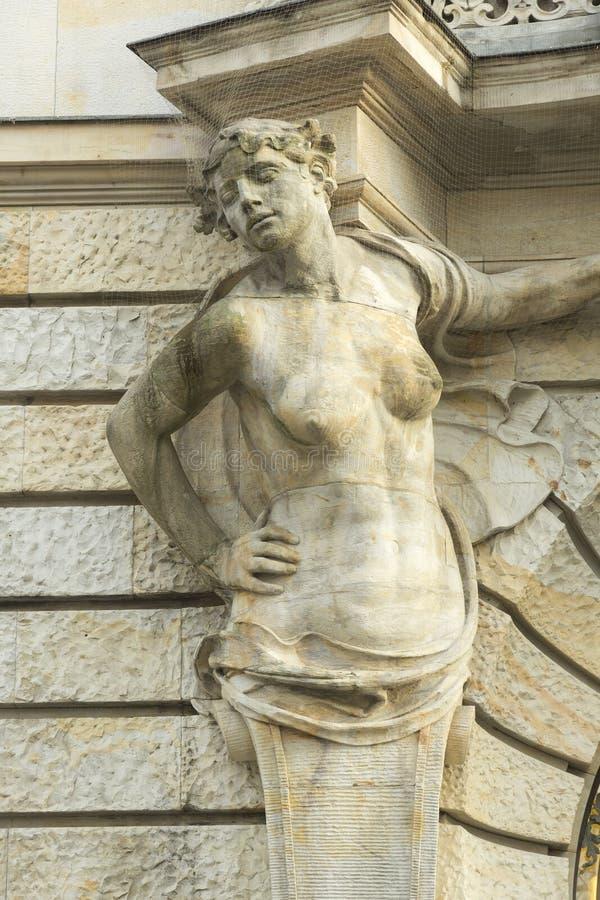 Kvinnlig skulptur som garnering av fasaden arkivbild