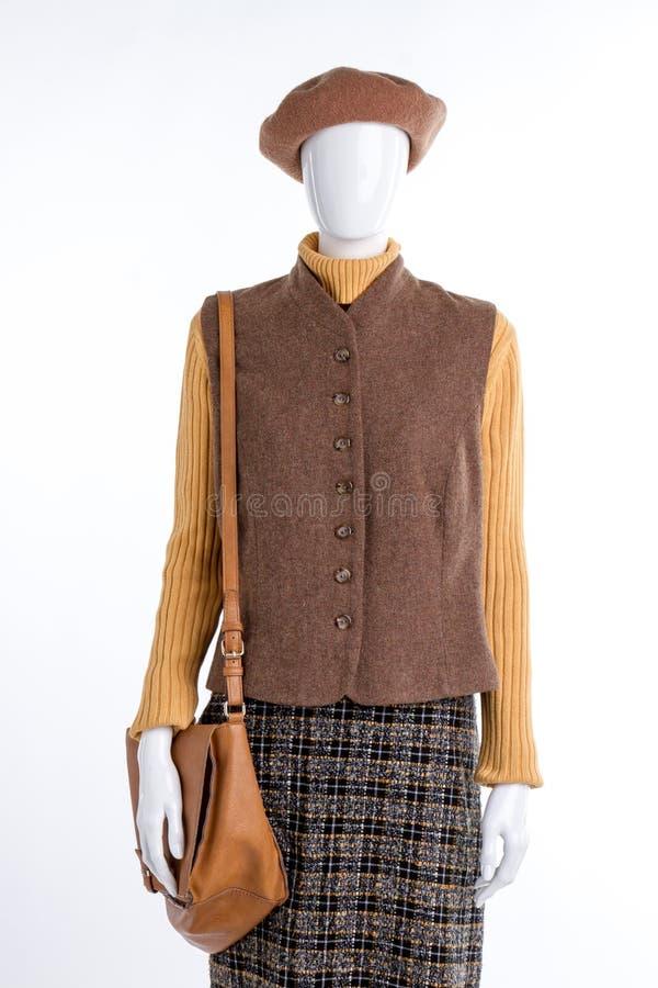 Kvinnlig skyltdocka i brun basker och waistcoat royaltyfria foton