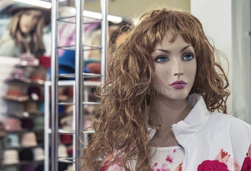 Kvinnlig skyltdocka i ett bekläda lager Handla utrustning - kvinnlig plast- attrapp royaltyfria foton
