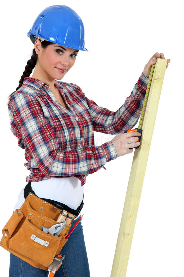 Kvinnlig snickare med plankan royaltyfri bild