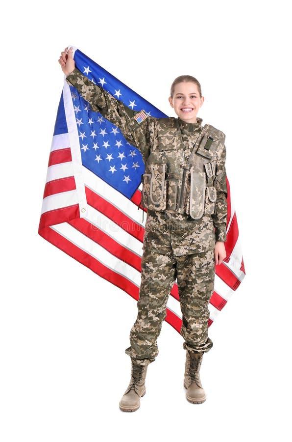 Kvinnlig soldat med amerikanska flaggan royaltyfri bild