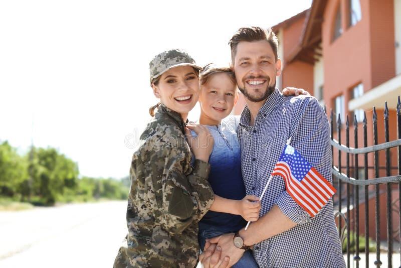 Kvinnlig soldat med hennes familj utomhus Militärtjänst royaltyfri fotografi