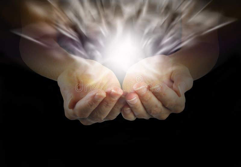 Kvinnlig som läker händer och läker energi