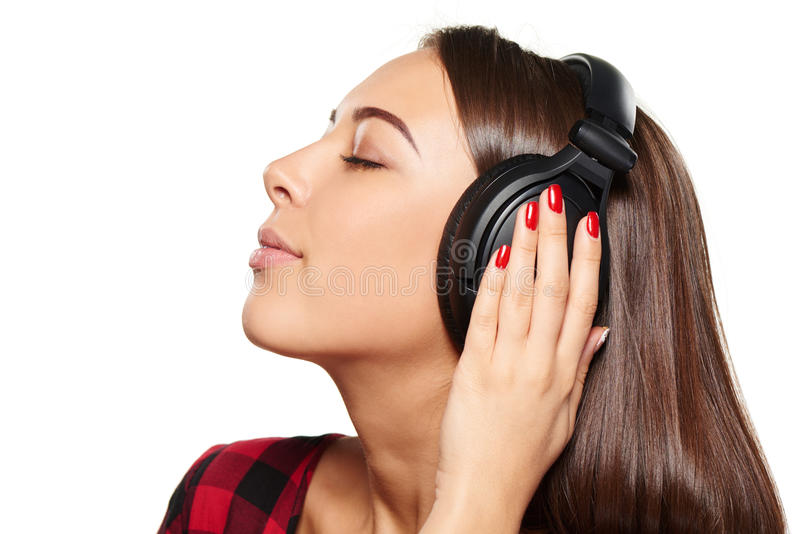 Kvinnlig som lyssnar tycka om musik i hörlurar med stängda ögon arkivbilder