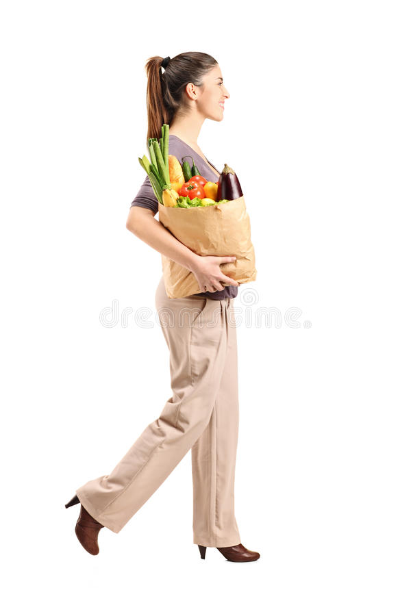 Kvinnlig som rymmer en paper påse med livsmedel royaltyfri fotografi