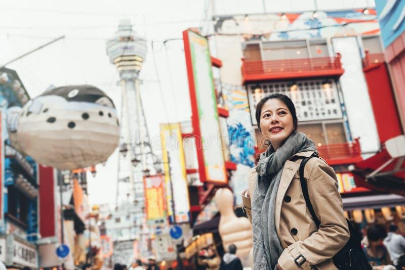 Kvinnlig som står glatt på att vimla gatan arkivbilder