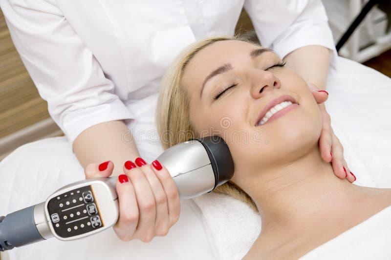 Kvinnlig som tar en ansikts- massage royaltyfri fotografi