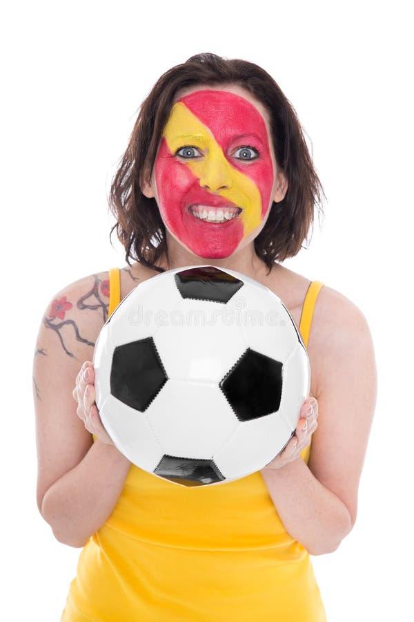 Kvinnlig spansk fotbollfan med en fotboll i henne händer royaltyfria foton