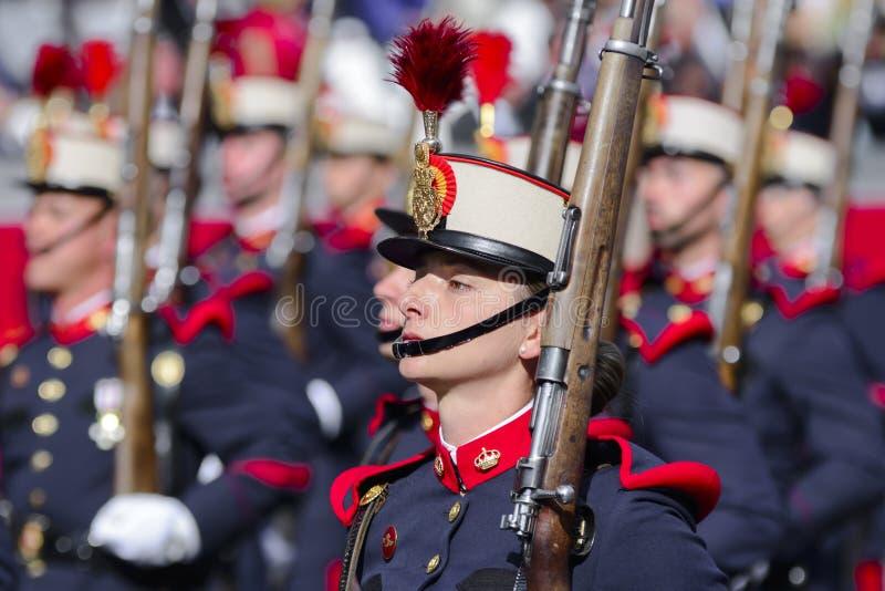 Kvinnlig spansk kunglig vaktmarsch royaltyfria foton