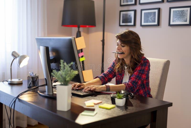Kvinnlig IT-specialist som arbetar i en inrikesdepartementet arkivfoto