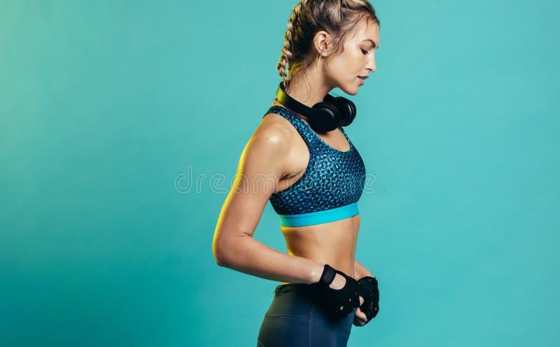 Kvinnlig sportswearmodell arkivbilder
