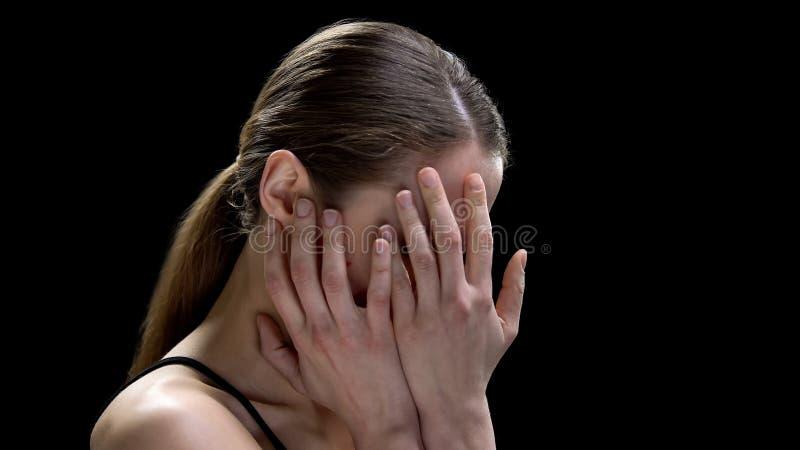 Kvinnlig stängande framsida och att lida den mentala sjukdomen och att känna sig otryggt och deprimerat arkivfoton