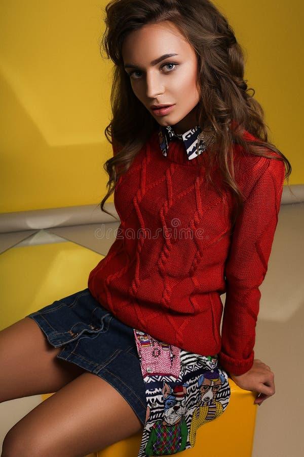 Kvinnlig stående för ljust mode, färgrik kläder arkivbild