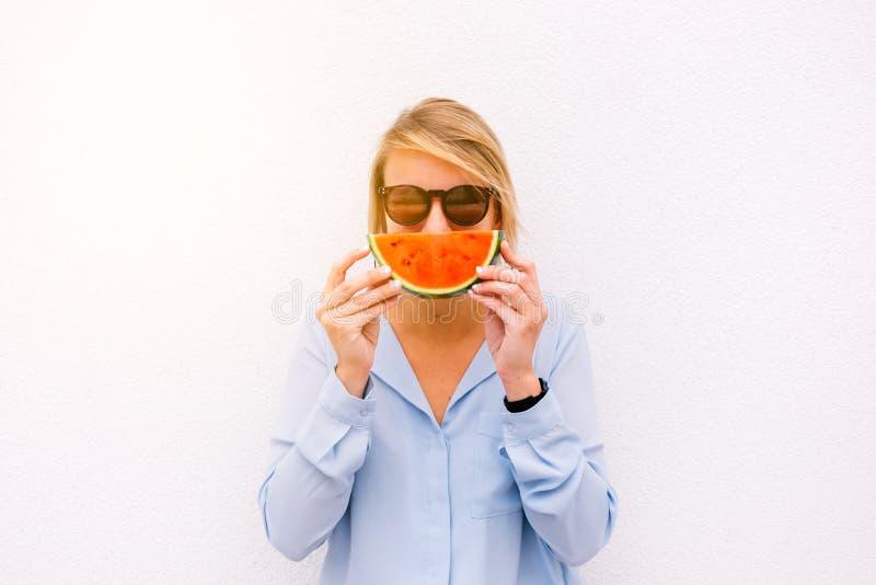 Kvinnlig stående för sommar med en vattenmelonskiva royaltyfria foton