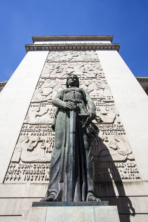 Kvinnlig staty framme av domstolen av Porto (domstolen da Relacao gör Porto), i Porto - Portugal royaltyfria bilder
