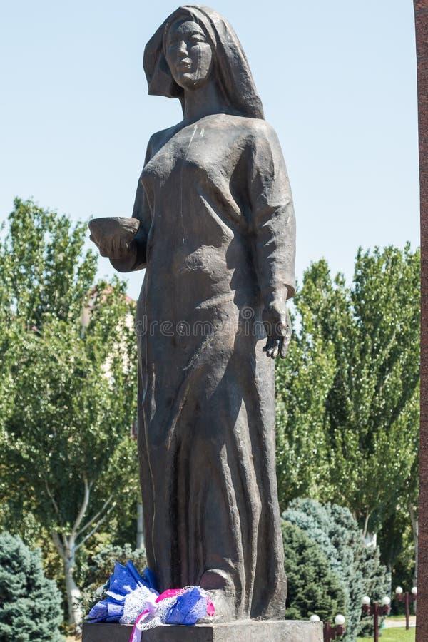Kvinnlig staty som väntar på returen av hennes make från krig Victory Square i Bishkek, Kirgizistan royaltyfri foto