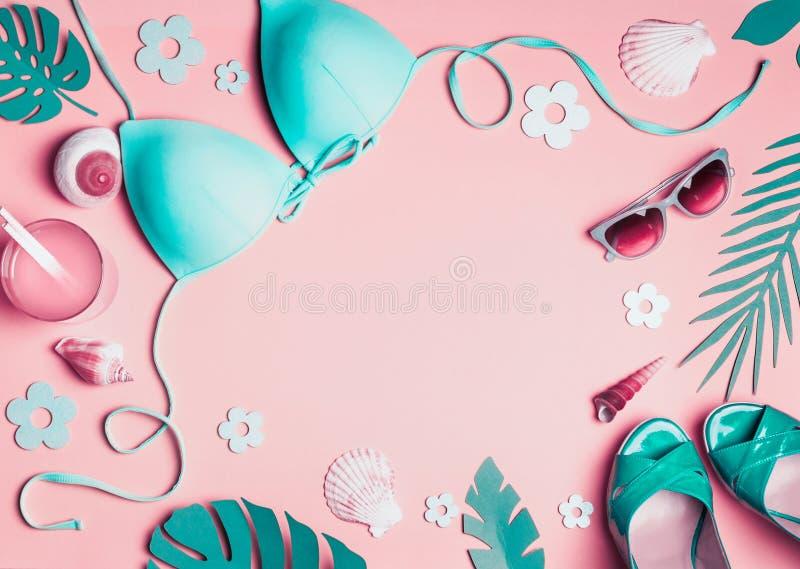 Kvinnlig strandtillbehör på rosa bakgrund, bästa sikt Plan lekmanna- turkosbikini, solglasögon, sandaler med coctailen, snäckskal vektor illustrationer