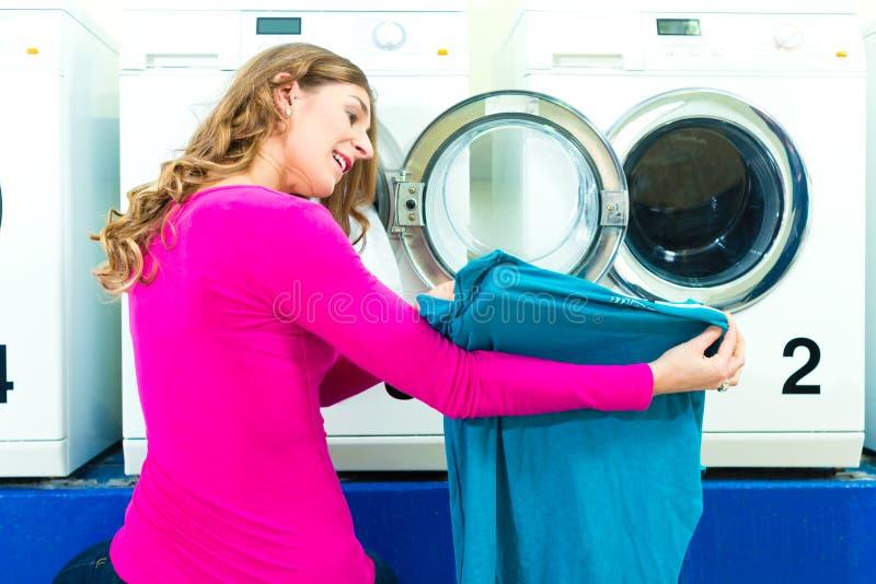 Kvinnlig student i en tvätteri royaltyfri bild