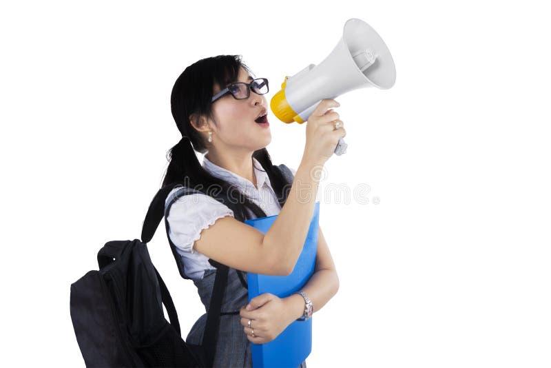 Kvinnlig student som ropar via megafonen arkivbild