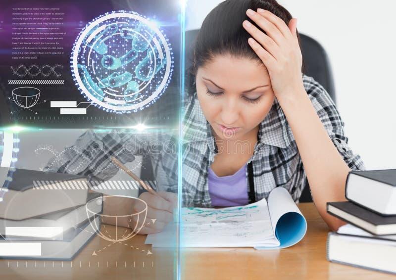 Kvinnlig student som studerar med anmärkningar och samkopieringen för diagram för vetenskapsutbildningsmanöverenhet royaltyfri fotografi