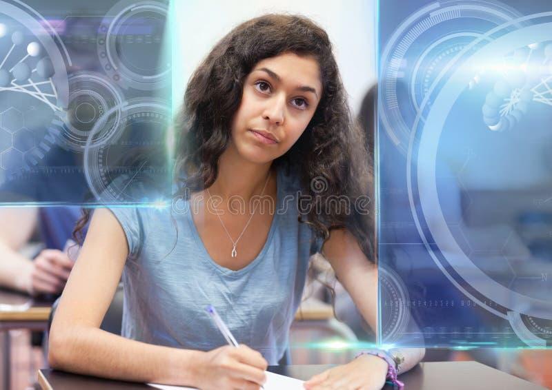 Kvinnlig student som studerar med anmärkningar och samkopieringen för diagram för vetenskapsutbildningsmanöverenhet arkivfoton