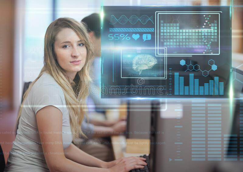 Kvinnlig student som studerar med datoren och samkopieringen för diagram för vetenskapsutbildningsmanöverenhet royaltyfria foton
