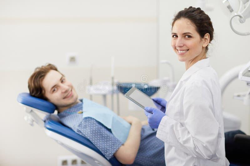 Kvinnlig tandläkare Working med patienten royaltyfri bild