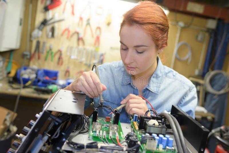 Kvinnlig tekniker p? arbete arkivfoton