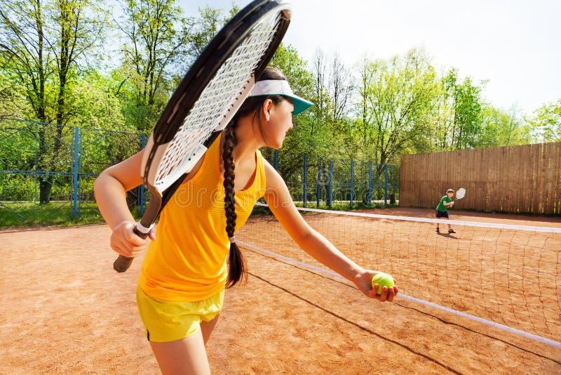 Kvinnlig tennisspelarestartuppsättning på leradomstolen royaltyfri bild