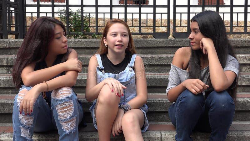 Kvinnlig tonår som ut hänger royaltyfria foton