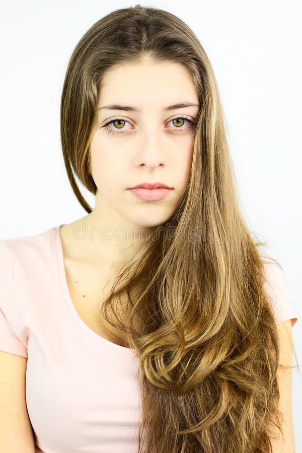 Kvinnlig tonåring med blont hår som ser kameran arkivbilder