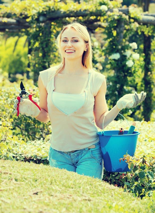 Kvinnlig trädgårdsmästare med funktionsdugliga hjälpmedel utomhus royaltyfri bild