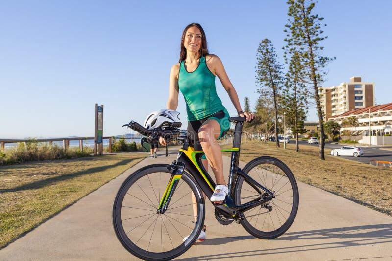 Kvinnlig Triathlete royaltyfria foton