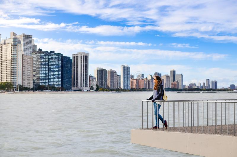 Kvinnlig turist- beundra Chicago cityscape arkivfoton