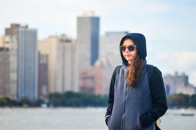 Kvinnlig turist- beundra Chicago cityscape royaltyfri bild
