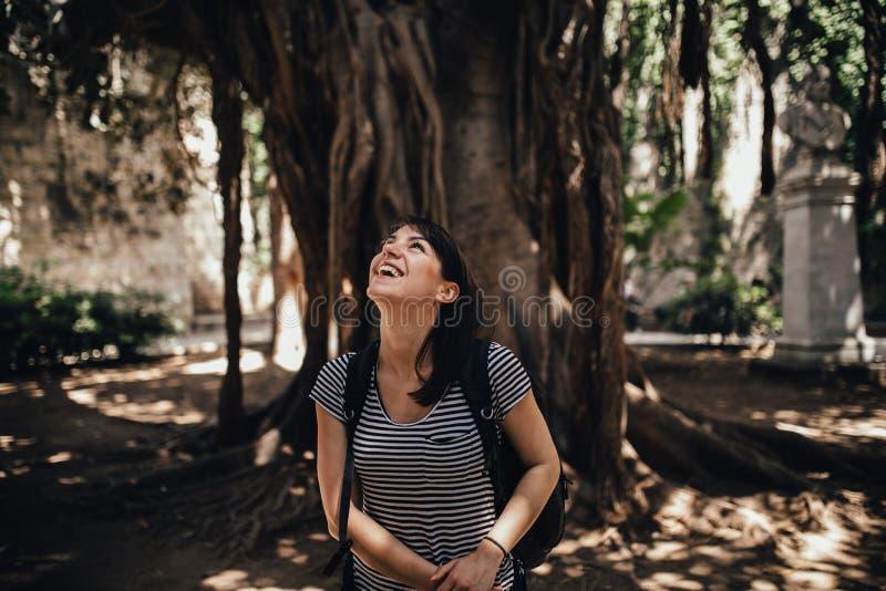 Kvinnlig turist- fotvandrare som besöker Italien Kvinna i Syracuse, Sicilien Härligt parkera i den Syracuse, den Ortigia ön besök royaltyfri fotografi