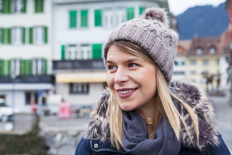 Kvinnlig turist i Interlaken, Schweiz fotografering för bildbyråer
