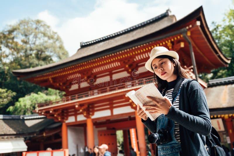 Kvinnlig turist med resehandboken i storslagen relikskrin royaltyfri fotografi