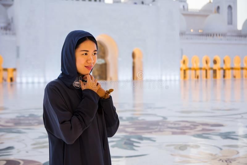 Kvinnlig turist på Sheikh Zayed Grand Mosque royaltyfria bilder