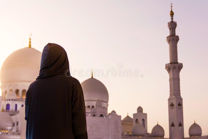 Kvinnlig turist på Sheikh Zayed Grand Mosque royaltyfria foton