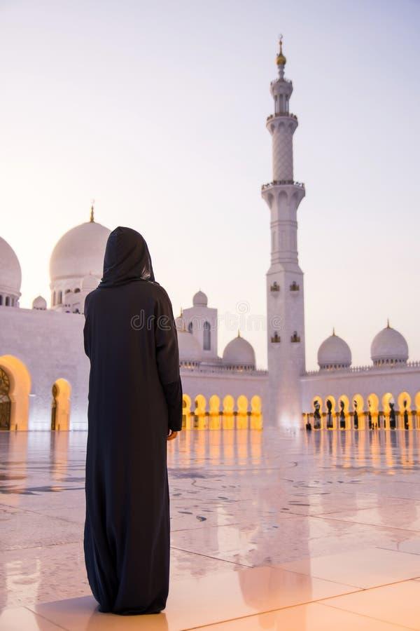 Kvinnlig turist på Sheikh Zayed Grand Mosque arkivfoto