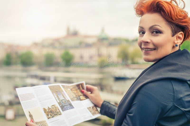 Kvinnlig turist- seende stadshandbok fotografering för bildbyråer