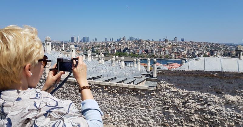 Kvinnlig turist som tar ett foto av Istanbul arkivfoto