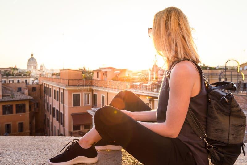 Kvinnlig turist som tycker om härlig sikt av på Piazza di Spagna, gränsmärkefyrkant med spanjormoment i Rome, Italien på fotografering för bildbyråer