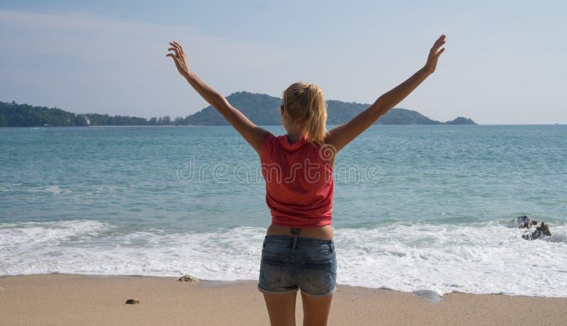 Kvinnlig turist- tyckande om sommartid på den härliga tropiska ön arkivfoto