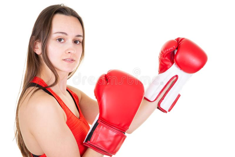 Kvinnlig ung muskulös sportboxare med boxninghandskar som poserar över vit bakgrund royaltyfri foto