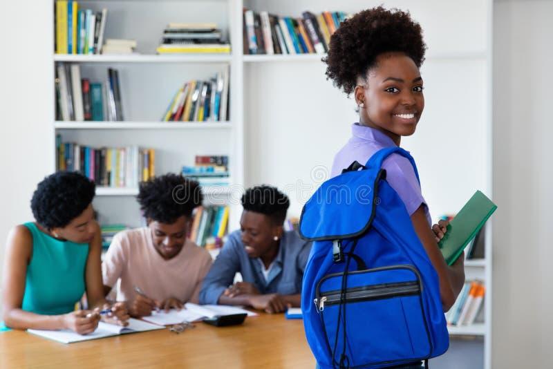 Kvinnlig ung vuxen människa för enorm afrikansk amerikan med studenter och läraren arkivbilder