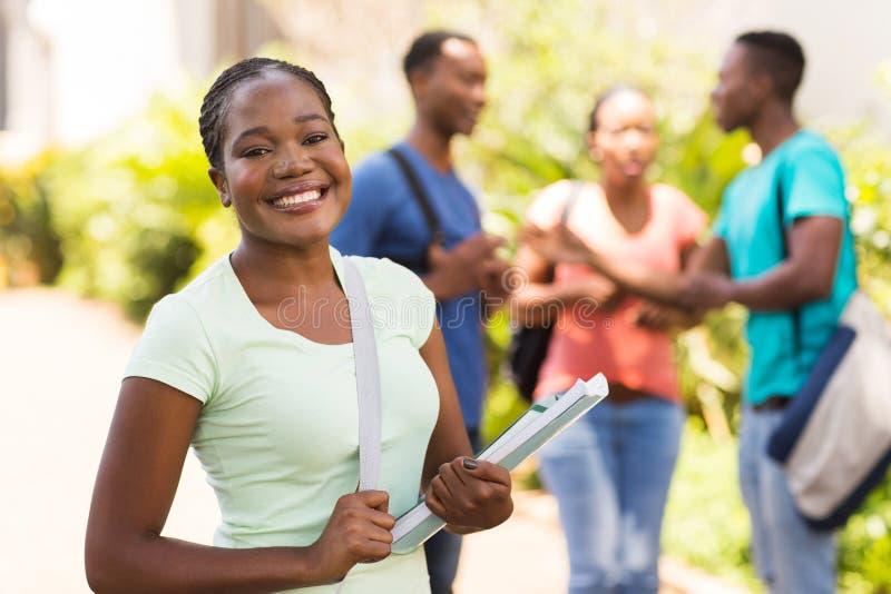 Kvinnlig universitetsstudentuniversitetsområde arkivfoto